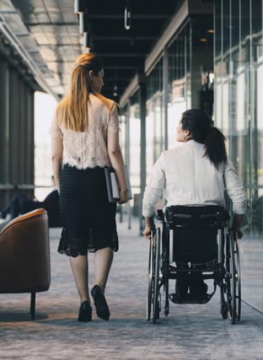 Инвалид, бомж, колясочник, трансгендер — что не так с этими словами и как их избежать?