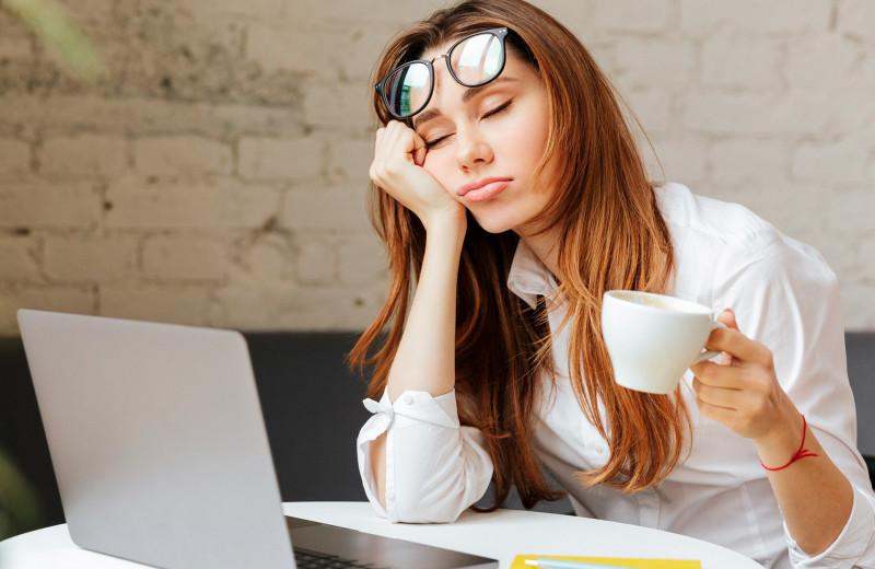 Почему хочется спать, когда нужно работать: биологические часы человека