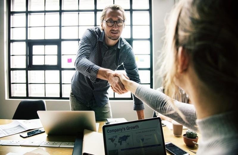 Как стать открытым и общительным человеком: 7 эффективных методов