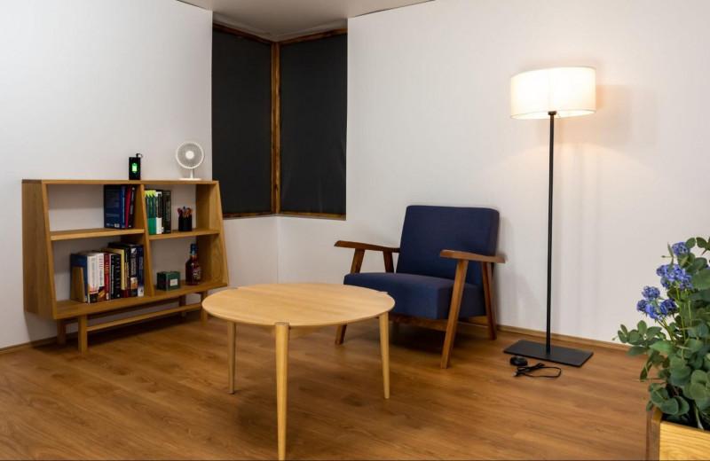 Комната, где гаджеты заряжаются по воздуху: японское изобретение