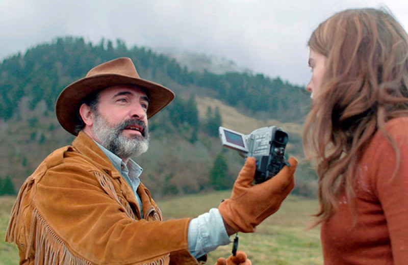 MAXIM рецензирует комедию «Оленья кожа» с бородатым Дюжарденом и небородатыми шутками