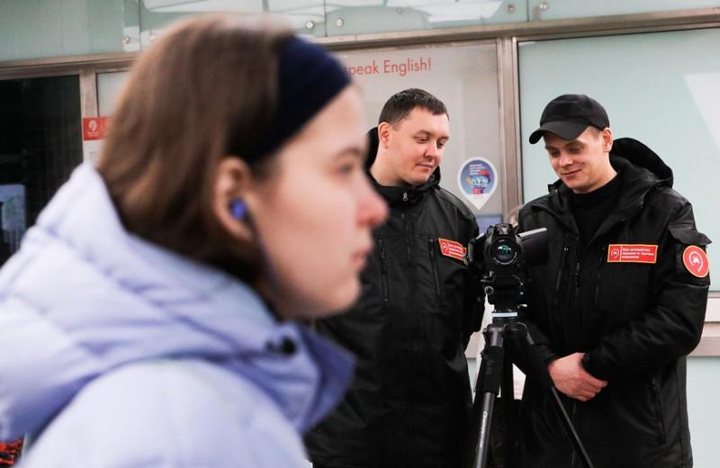 Рукопожатия отменяются: как московские власти и бизнес борются с коронавирусом и что грозит за несоблюдение мер