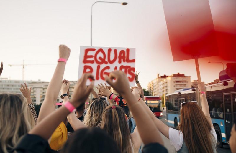Феминистки отвечают: обязательно ли выпивать с коллегами-мужчинами, чтобы сделать карьеру