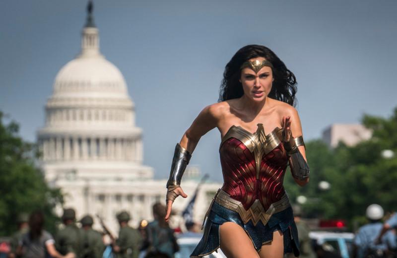«Чудо-женщина: 1984» – нелепое супергеройское кино, которое уместно бы смотрелось десять лет назад