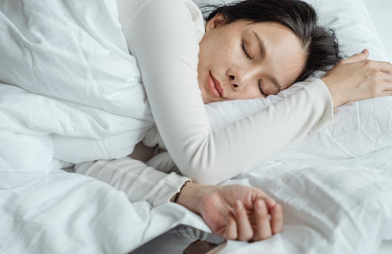 Почему утебя могут сохнуть глаза ночью (да, так бывает)