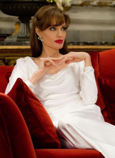 Девяностые, двадцатые и эталон сильной женщины: 7 культовых образов Анджелины Джоли на экране