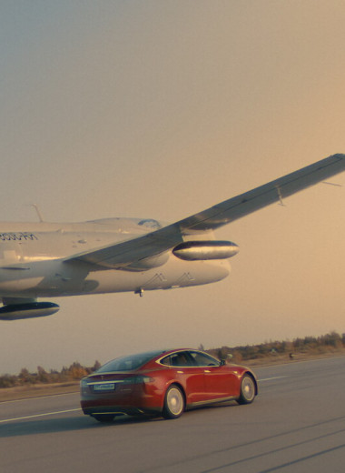 Истребитель вплотную над Tesla на скорости 240 км/ч: как энтузиасты из России провернули смертельно опасный трюк