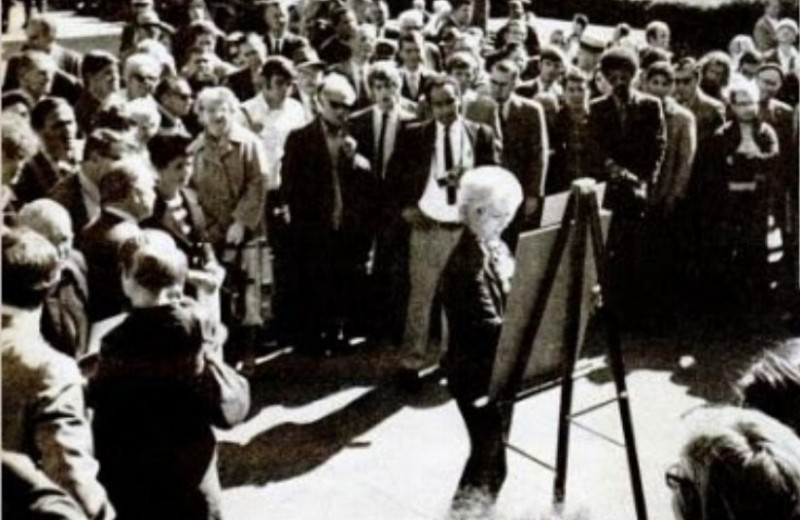 История одной фотографии: Маргарет Кин доказывает авторство своих картин, 1970 год