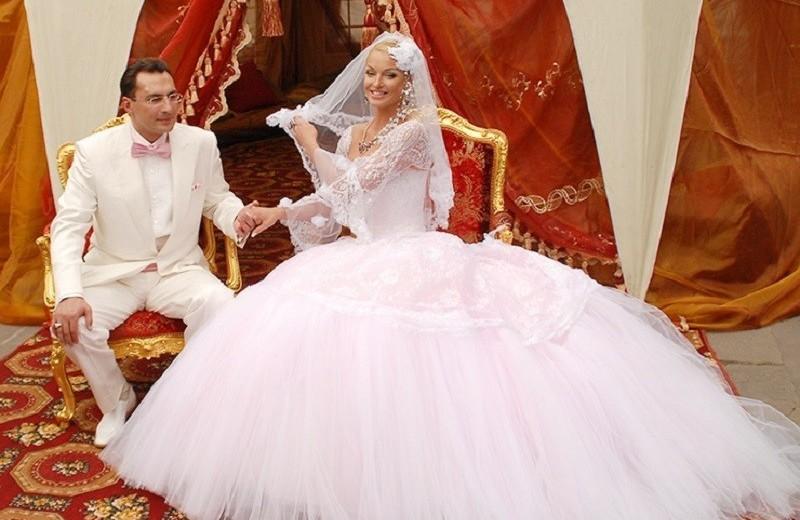 Не Собчак единой: кто из звезд устраивал дикое шоу из своей свадьбы