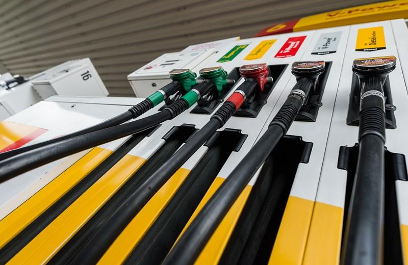 Нефть резко подешевела, а бензин — нет. Почему так происходит?