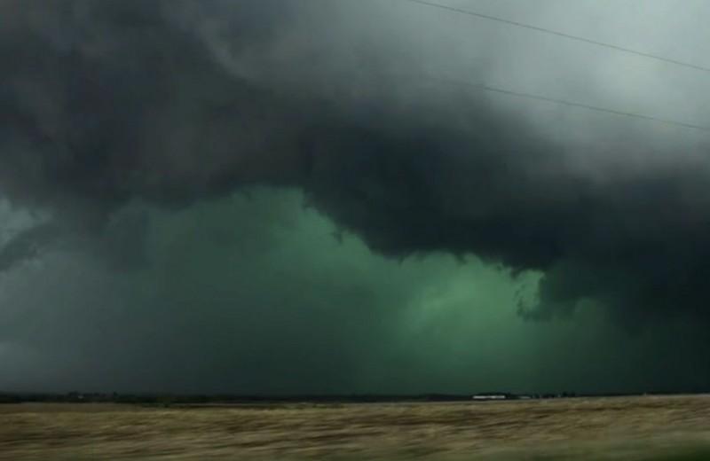 Зеленые облака - вестники торнадо: видео