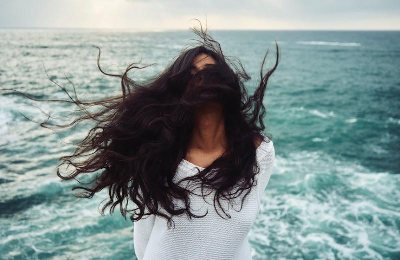 Снять напряжение: что делать, если электризуются волосы
