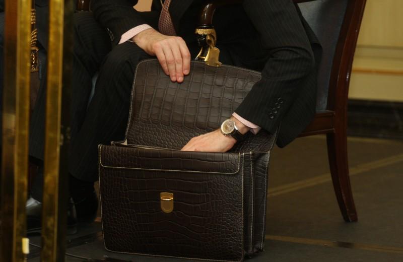 Люди с чемоданами денег. Самые громкие истории о «решальщиках»