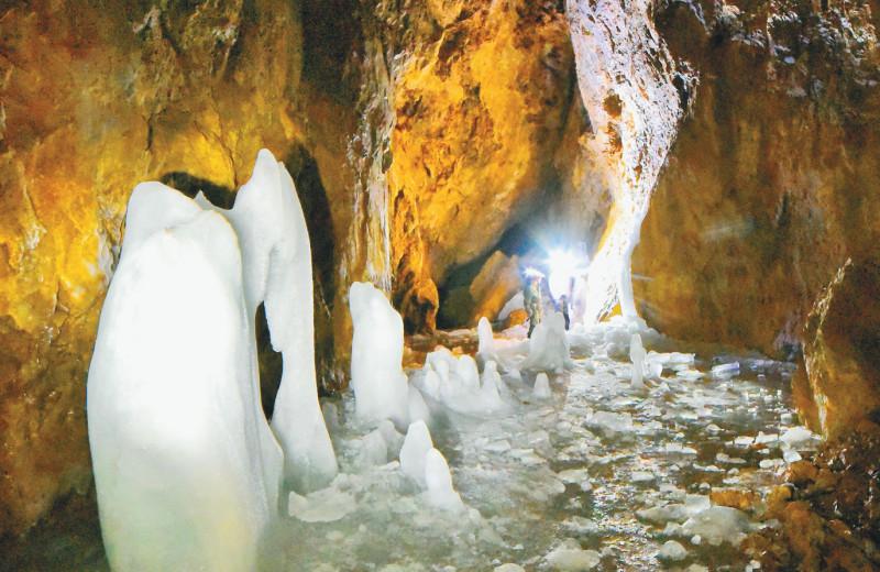 Лургиканская пещера и её ледяные скульптуры