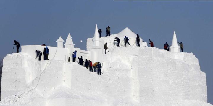 Построить снежную крепость