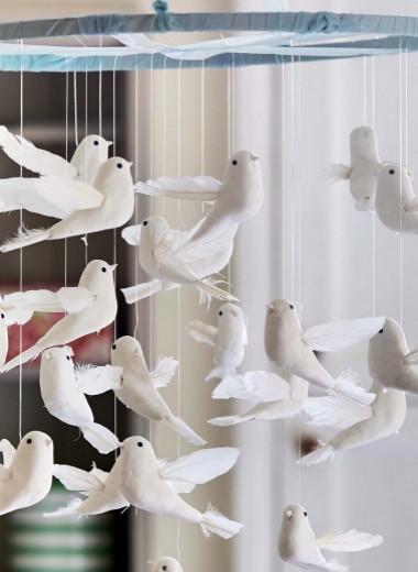 В небе стая голубей