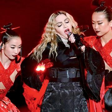 Впостели сМадонной