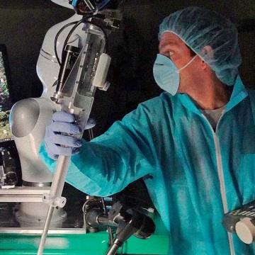 Робот-хирург режет и накладывает швы лучше человека