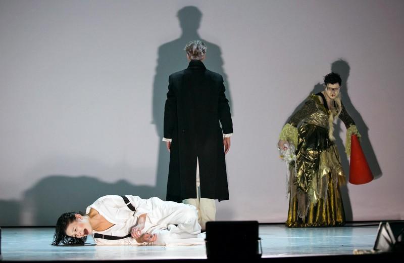 Гамлет идет по коридору