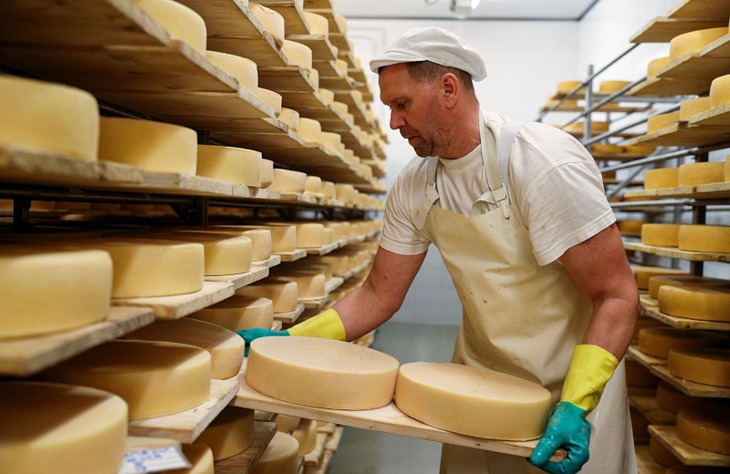 Сыр, пир и мир в медицинской маске