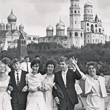 Выпускники гуляют по Москве