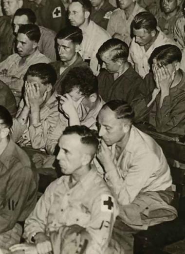Солдаты Третьего рейха смотрят кадры, снятые в концлагерях