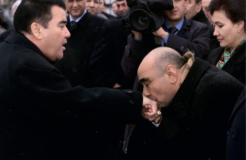 Чиновник целует руку туркменскому президенту Ниязову