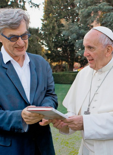 «Вместо глаз Папа видит телефоны»