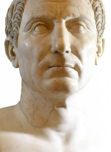 Человек и салат: 9 мифов о Юлии Цезаре