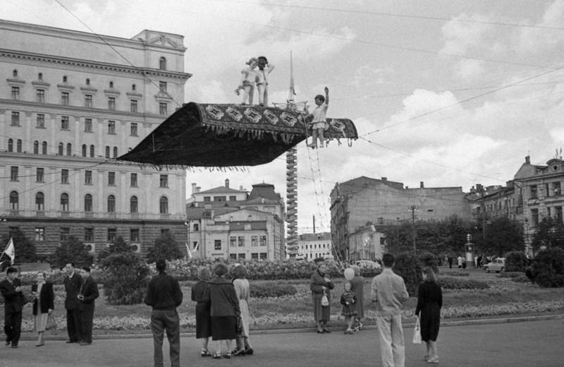 Ковёр-самолёт на площади Дзержинского