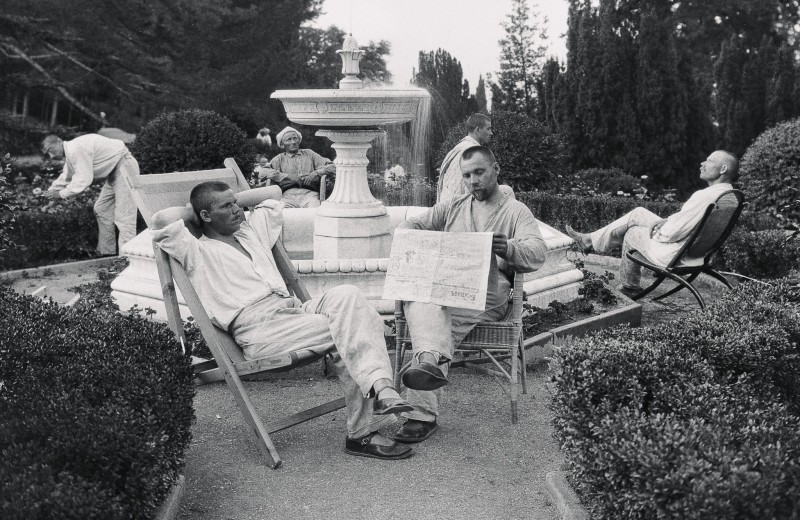 Санаторий для крестьян в Ливадийском дворце. У фонтана