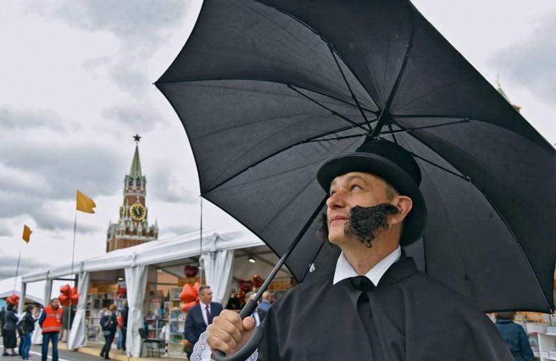 На фоне Пушкина