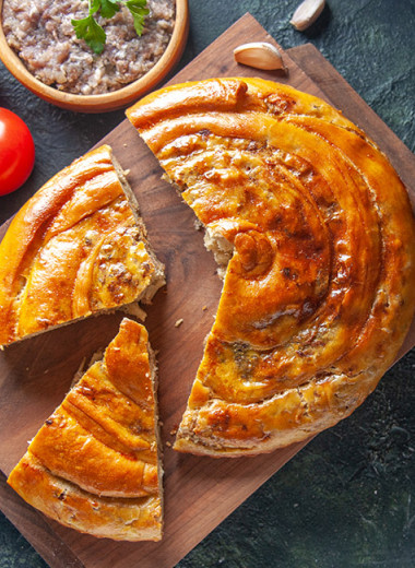 Пирог с бараниной и сыром