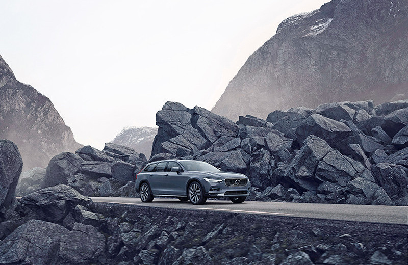 Volvo V90 Cross Country и Lexus ES