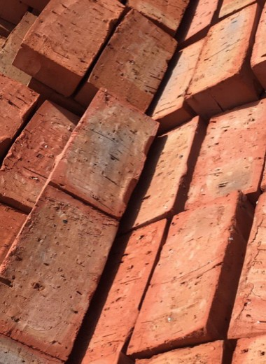 Живой бетон и кирпичи из канализации